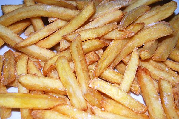 Frisch frittierte und gesalzene Pommes frites – lecker!