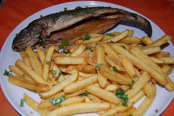Fritierte Forelle mit Pommes frites