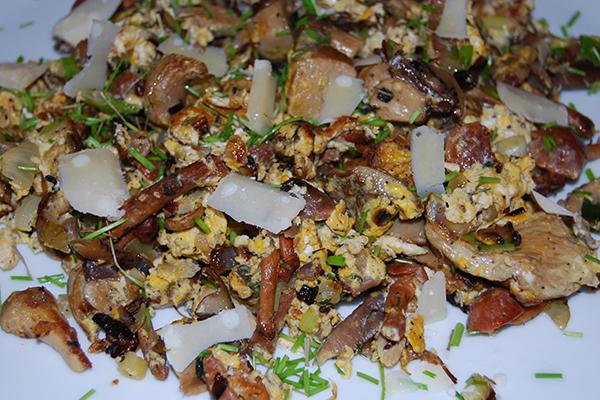 Pilfpfanne mit gemischten Pilzen, Gemüse, Eiern und Kräutern