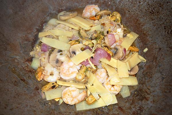 Meeresfrüchte mit Gemüse im Wok