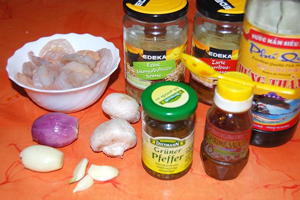Einige wichtige Zutaten für die Chinapfanne … bevor ich die Nudeln und Miesmuschlen geordert hatte