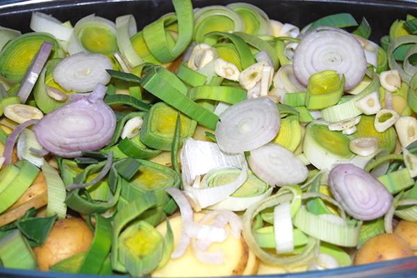 Gemüse in der Auflaufform übereinander geschichtet