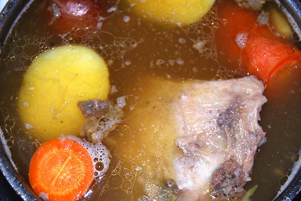 Kuheuter mit Kartoffel, Wurzel und Zwiebel im Gemüsefond