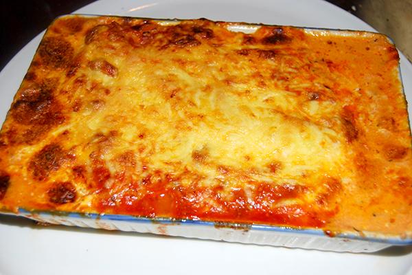 Frisch zubereitete Lasagne für eine Person