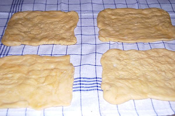 Vier Nudelplatten, in der Stärke noch nicht mit einem Holzbrett plan gedrückt