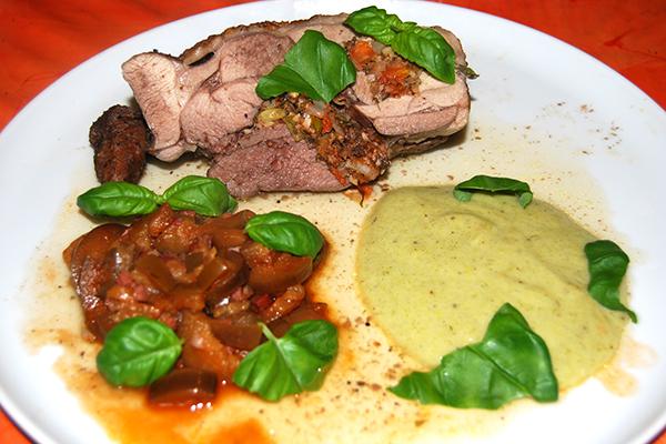 Gefüllte Putenoberkeule mit Aubergine-Schinken-Gemüse und Kartoffel-Lauch-Brei, mit Bratensauce übergossen