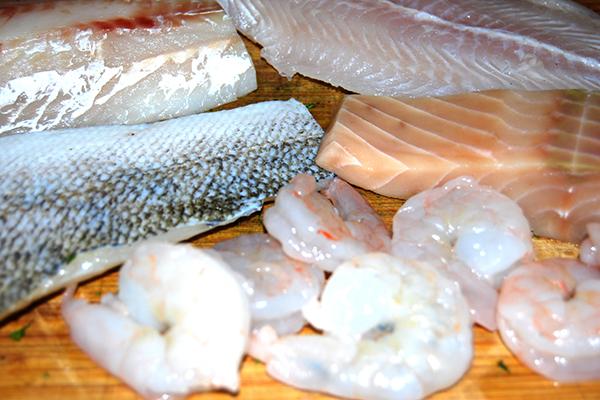 Fisch und Meeresfrüchte (v.l.n.r.): Kabeljau, Zander, Garnelenschwänze, Wels, Wildlachs