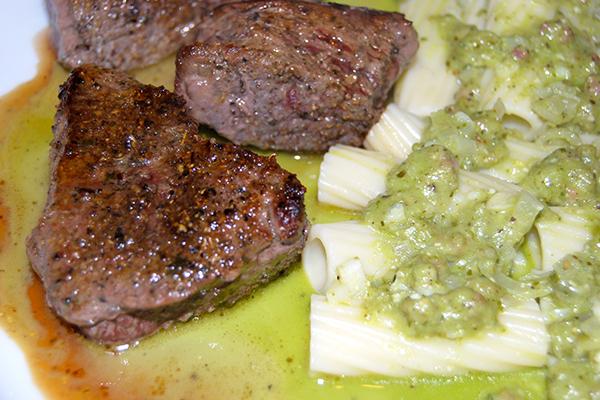 Steak mit Pasta und giftgrüner Sauce