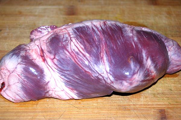 Das rohe Stück Schweineherz – die Farben sind durch den verwendeten Blitz bei der Aufnahme leicht ins Lila verfälscht