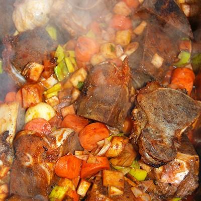Knochen und Gemüse mit Tomatenmark angebraten und mit Rotwein reduziert