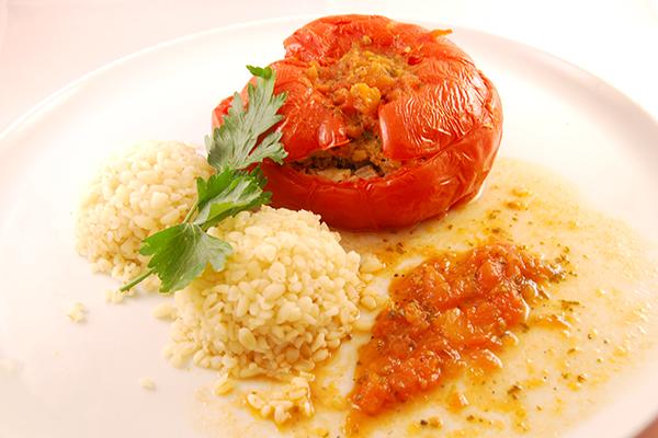 Gefüllte Tomate mit Bulgur und Tomatensauce