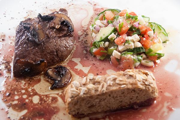 Gebratenes Nierenzapfensteak mit Salat und Roggenbrötchen, mit Fleischsauce