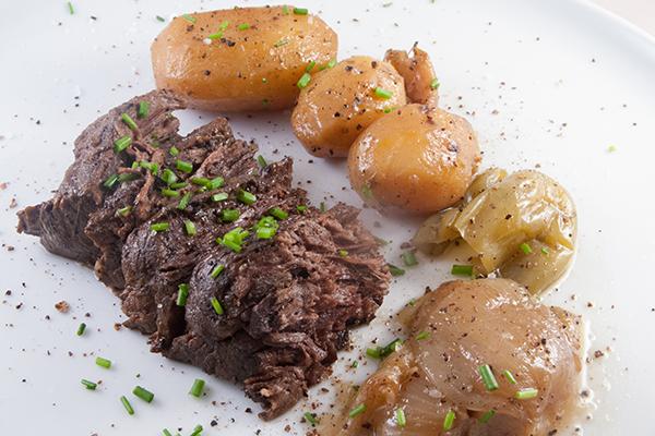 Konfierter Nierenzapfen mit Kartoffeln, Knoblauch, Zwiebeln und Paprika
