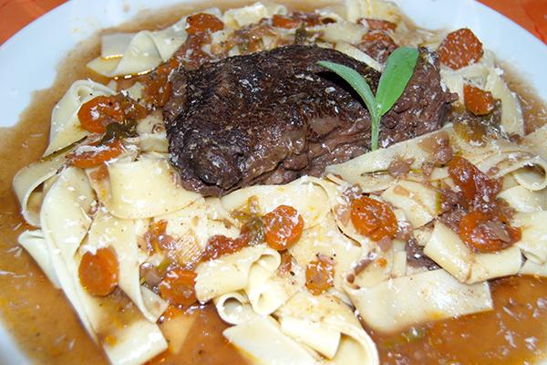 Rinderbäckchen auf Pappardelle, mit Parmesan garniert