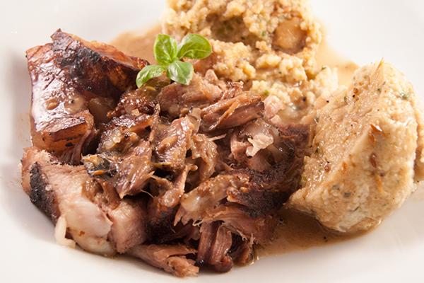 Schäufele-Fleischstücke mit krosser Schwarte, Semmelknödel und Sauce