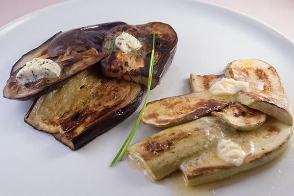 Gebratene Aubergine und Zucchini mit Kräuter- und Knoblauchbutter