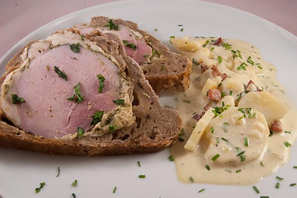 Schweinebraten im Brotteig, mit Kartoffelsalat, beides hier in der kalten Variante