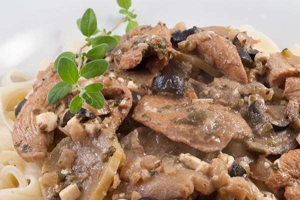 Hühnchenbrustfilet mit Zucchini und Aubergine in Majoran-Sauce