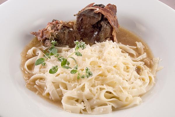 Rinderbäckchen-Roulade mit Tagliatelle und leckerer Sauce