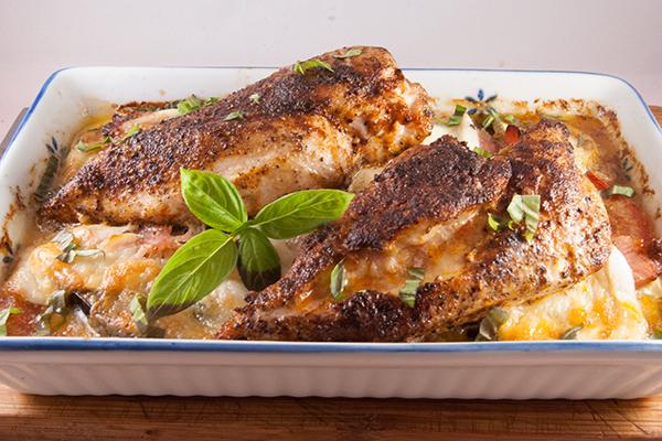 Hähnchenbrustfilets mit Gemüse und Mozzarella