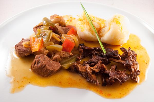 Ungarisches Gulasch, Pfifferlinge und Kartoffelknödel mit Sauce