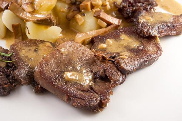Kalbszunge mit Kartoffeln und Sauce