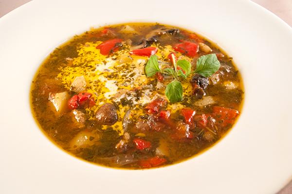 Frischer Fleisch-Gemüse-Eintopf mit viel frischem Majoran