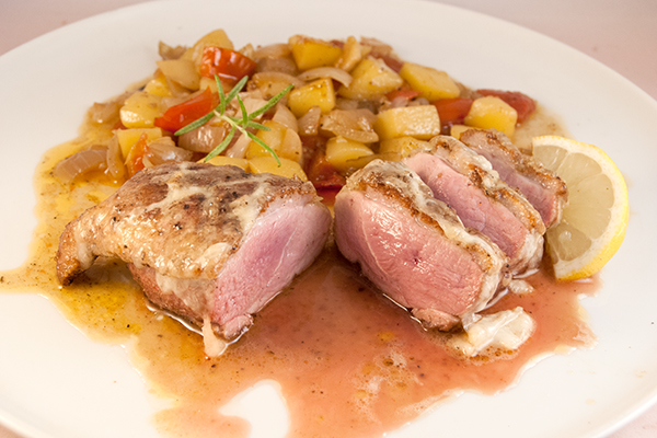 Rosé gegartes Entenbrustfilet, mit Mozzarella überbacken, mit Gemüse