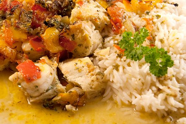 Der gebackene Fischtopf, mit Reis angerichtet