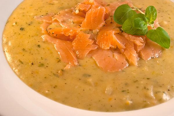 Suppe mit Kartoffeln, Wurzeln und anderem Gemüse und garniert mit Graved Lachs