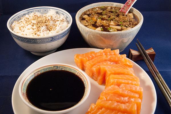 Sashimi, Reis, Misosuppe und Sojasauce