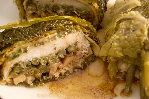 Fischroulade, gefüllt mit Käse, Bohnen und Steinpilz, umhüllt mit Wirsing
