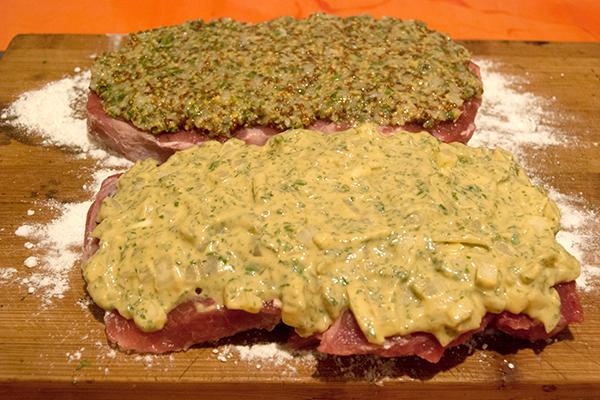 Entrecôtes, bestrichen mit Senfkruste aus Zwiebeln und feinem Senf (vo.) und Knoblauch und grobem Senf (hi.)