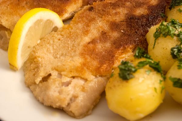 Paniertes Fischfilet mit Petersilienkartoffeln