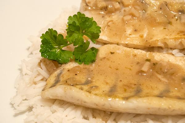 Zwei Zanderfilets mit asiatischer Sauce auf Reis