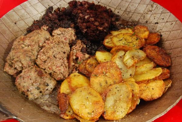 Gebratene Blut- und Leberwurst und Bratkartoffeln in der schmiedeeisernen Pfanne