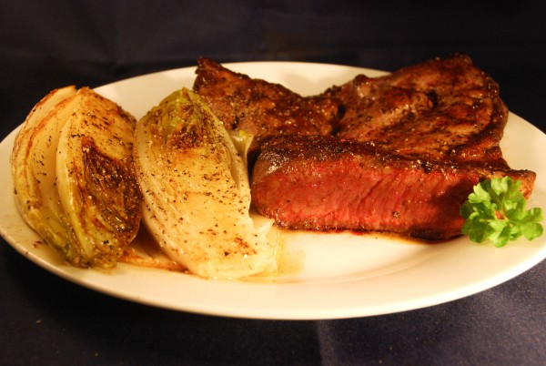 Kalbsherz-Steak rare mit gebratenem Chicorée
