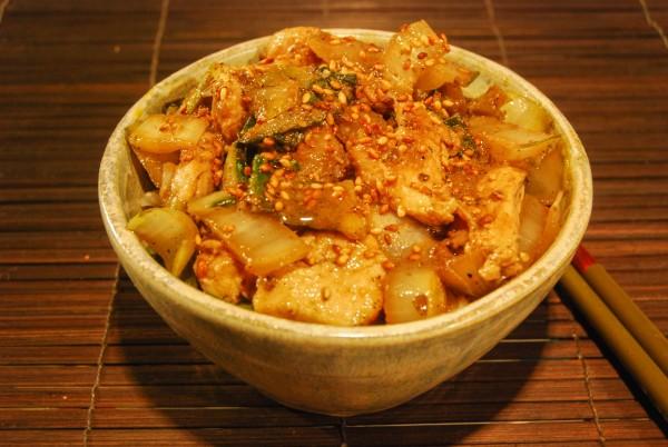 Hähnchenbrustfiletstreifen mit Mangold und Chicorée auf Reis, mit Sesam garniert