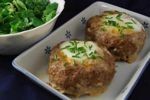 """Zwei """"Eier im Nest"""" mit Salat"""