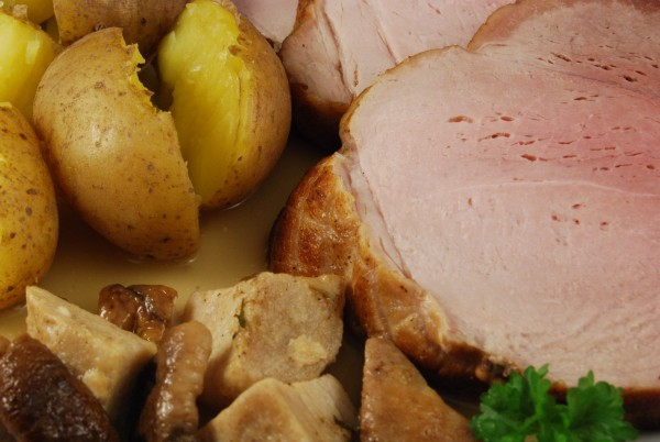 Schweinerollbraten, Schalenkartoffeln, Steinpilzstücke und Sößchen