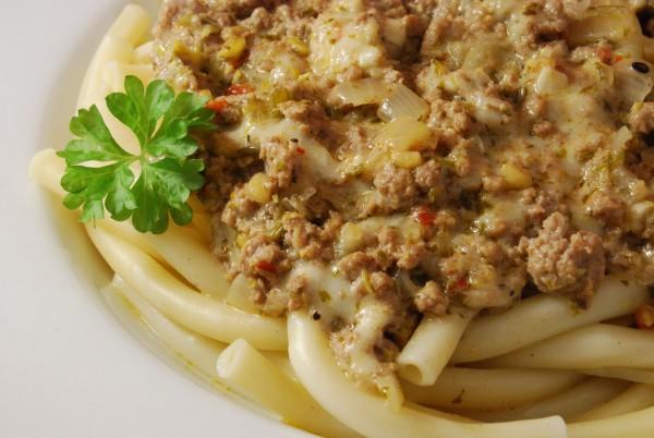 Hackfleisch-Mozzarella-Sauce auf Pasta