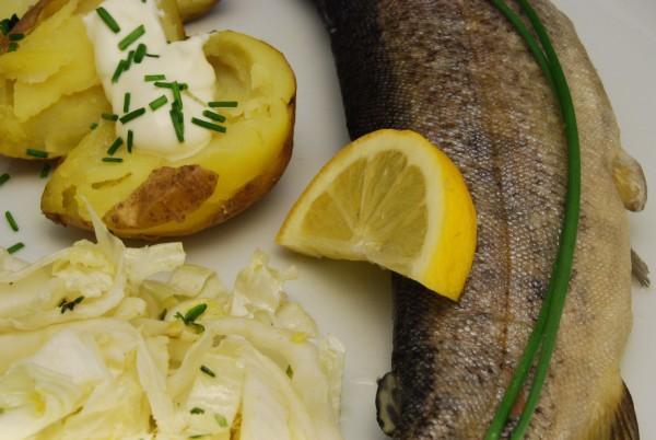 Forelle, Kartoffeln, Salat