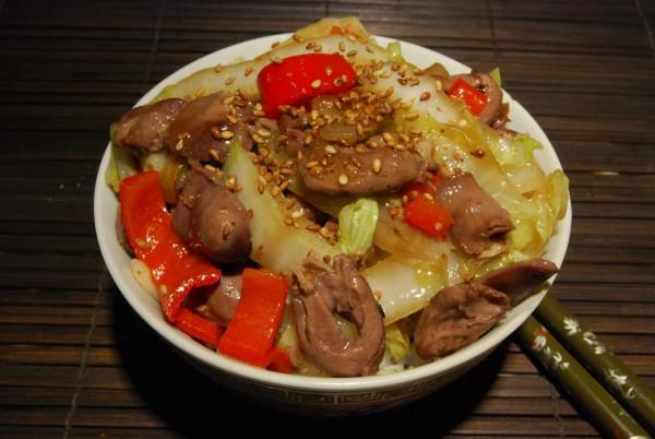 Hähnchenherzen mit Gemüse in Austersauce, mit Sesamsaat garniert