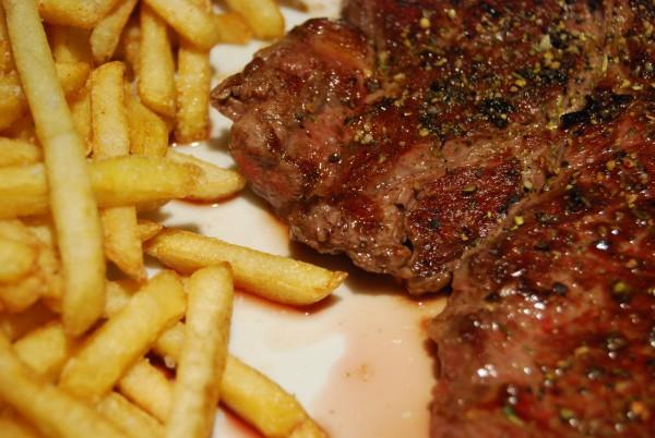 Steak, Pommes, Fleischsaft