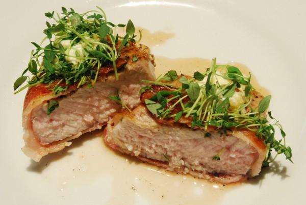 Leckeres Steak mit Speck, Frischkäse und Thymian