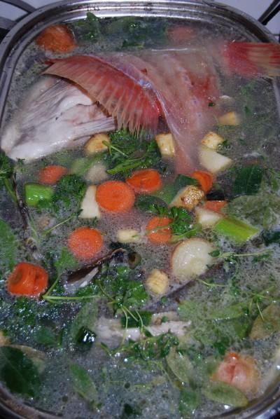 Fischabfälle, Gemüse, Kräuter, Gewürze, Weißwein und Wasser vor dem Garen