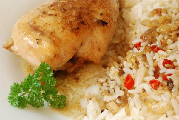 Hähnchenbrust, Reis und scharfe Sauce