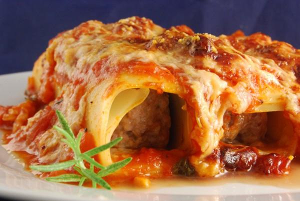 Mit Tomatensauce und Parmesan überbacken