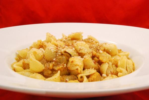 Fisch-Curry mit Sauce, mit gehobelten Mandeln bestreut