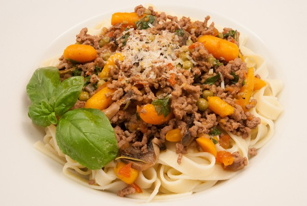 Farbenfrohes Gemüse mit Hackfleisch auf Pasta